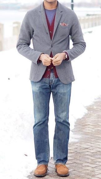 Beige Wildlederfreizeitstiefel kombinieren: trends 2020: Erwägen Sie das Tragen von einem grauen Sakko und blauen Jeans, wenn Sie einen gepflegten und stylischen Look wollen. Eine beige Wildlederfreizeitstiefel sind eine gute Wahl, um dieses Outfit zu vervollständigen.