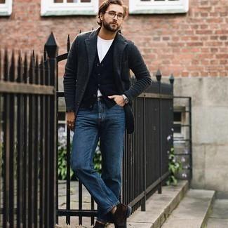 Herren Outfits 2020: Paaren Sie ein dunkelgraues Wollsakko mit blauen Jeans für einen für die Arbeit geeigneten Look. Dieses Outfit passt hervorragend zusammen mit dunkelbraunen Chukka-Stiefeln aus Wildleder.
