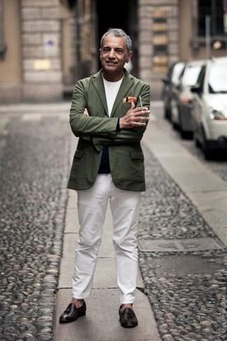 Weißes T-Shirt mit einem Rundhalsausschnitt kombinieren – 1200+ Smart-Casual Herren Outfits: Erwägen Sie das Tragen von einem weißen T-Shirt mit einem Rundhalsausschnitt und einer weißen Chinohose, um einen lockeren, aber dennoch stylischen Look zu erhalten. Vervollständigen Sie Ihr Outfit mit dunkelbraunen Leder Slippern mit Quasten, um Ihr Modebewusstsein zu zeigen.