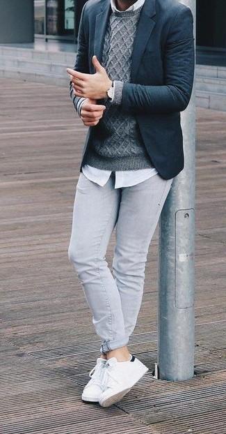 Wie kombinieren: dunkelblaues Wollsakko, grauer Strickpullover, weißes Businesshemd, graue enge Jeans