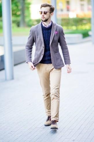 Rosa vertikal gestreiftes Businesshemd kombinieren: trends 2020: Entscheiden Sie sich für ein rosa vertikal gestreiftes Businesshemd und eine beige Chinohose für einen für die Arbeit geeigneten Look. Fühlen Sie sich ideenreich? Entscheiden Sie sich für beige Wildleder Oxford Schuhe.