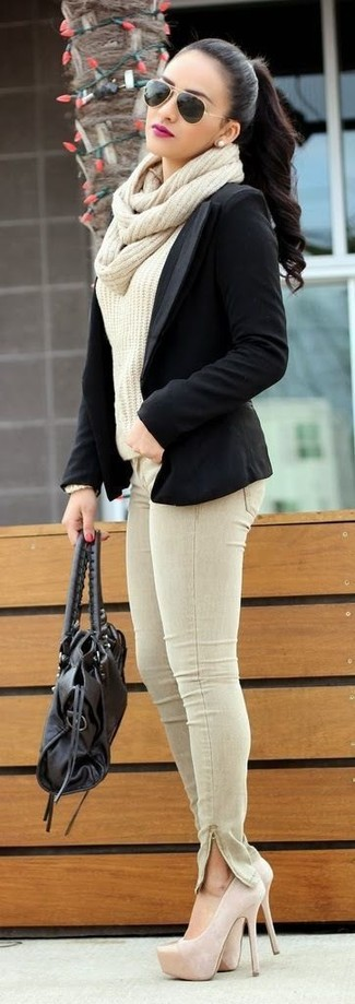 Wie kombinieren: schwarzes Sakko, hellbeige Strickpullover, hellbeige enge Jeans, hellbeige Wildleder Pumps