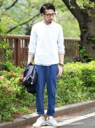 Weiße und grüne Leder niedrige Sneakers kombinieren – 76 Herren Outfits: Kombinieren Sie ein dunkelblaues Sakko mit einer blauen Chinohose für einen für die Arbeit geeigneten Look. Fühlen Sie sich ideenreich? Ergänzen Sie Ihr Outfit mit weißen und grünen Leder niedrigen Sneakers.