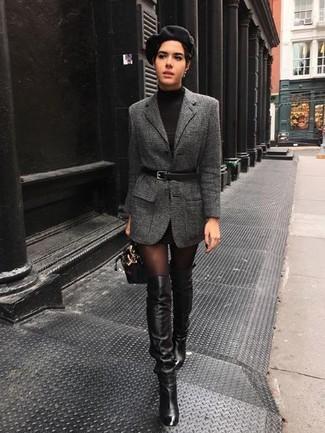 Wie kombinieren: dunkelgraues Wollsakko, schwarzes Sweatkleid, schwarze Overknee Stiefel aus Leder, schwarze Lederhandtasche