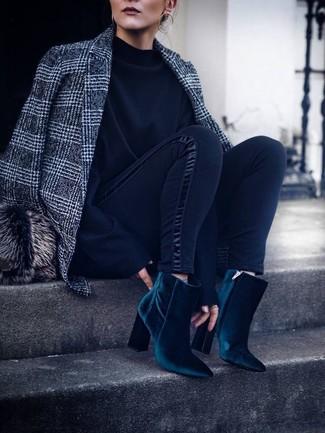 Pelzkappe kombinieren – 19 Damen Outfits: Um einen entspannten Trend-Look zu erzielen, können Sie ein graues Wollsakko mit Schottenmuster und eine Pelzkappe kombinieren. Dunkeltürkise Samt Stiefeletten sind eine ideale Wahl, um dieses Outfit zu vervollständigen.