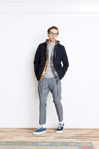 Graues Sweatshirts kombinieren – 195 Herren Outfits: Vereinigen Sie ein graues Sweatshirts mit einer grauen Anzughose, um vor Klasse und Perfektion zu strotzen. Wenn Sie nicht durch und durch formal auftreten möchten, vervollständigen Sie Ihr Outfit mit blauen Wildleder niedrigen Sneakers.
