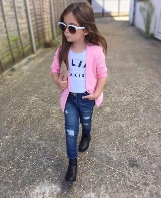 Wie kombinieren: rosa Sakko, weißes T-shirt, dunkelblaue Jeans, schwarze Stiefel