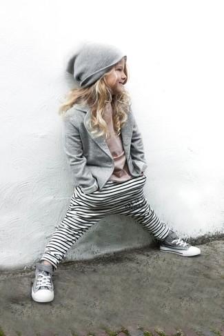 Wie kombinieren: graues Sakko, rosa T-shirt, weiße horizontal gestreifte Leggings, graue Turnschuhe
