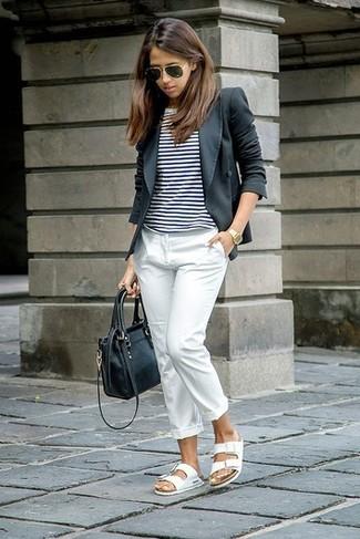 Wie kombinieren: dunkelgraues Sakko, weißes und schwarzes horizontal gestreiftes T-Shirt mit einem Rundhalsausschnitt, weiße Anzughose, weiße flache Sandalen aus Leder