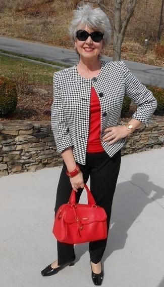 Wie kombinieren: weißes und schwarzes Sakko mit Hahnentritt-Muster, rotes T-Shirt mit einem Rundhalsausschnitt, schwarze Anzughose, schwarze Leder Pumps