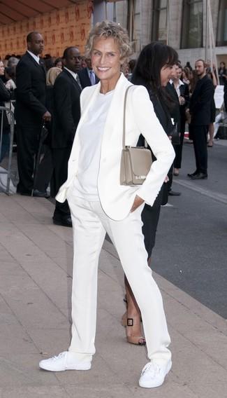 Wie kombinieren: weißes Sakko, weißes T-Shirt mit einem Rundhalsausschnitt, weiße Anzughose, weiße Segeltuch niedrige Sneakers