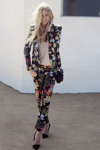Wie kombinieren: schwarzes Sakko mit Blumenmuster, hellbeige T-Shirt mit einem Rundhalsausschnitt, schwarze Anzughose mit Blumenmuster, schwarze Wildleder Pumps