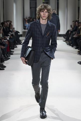 Wie kombinieren: dunkelblaues Sakko mit Schottenmuster, graues T-Shirt mit einem Rundhalsausschnitt, dunkelgraue Wollanzughose, schwarze Monks aus Leder