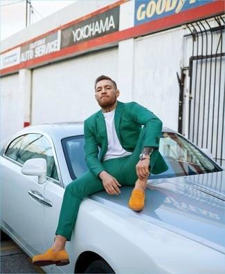 Wie kombinieren: grünes Sakko, weißes T-Shirt mit einem Rundhalsausschnitt, grüne Anzughose, orange Wildleder Slipper