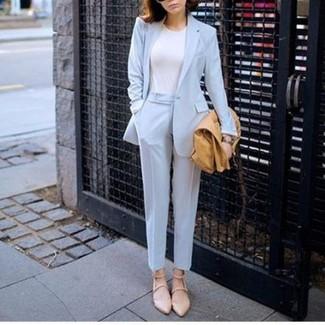 Wie kombinieren: hellblaues Sakko, weißes T-Shirt mit einem Rundhalsausschnitt, hellblaue Anzughose, hellbeige Leder Ballerinas