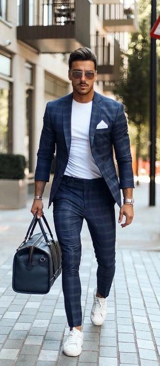 Wie kombinieren: dunkelblaues Sakko mit Karomuster, weißes T-Shirt mit einem Rundhalsausschnitt, dunkelblaue Anzughose mit Karomuster, weiße Segeltuch niedrige Sneakers