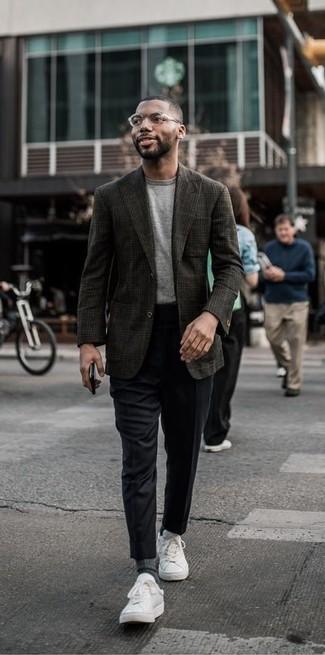 Wie kombinieren: dunkelbraunes Wollsakko mit Schottenmuster, graues T-Shirt mit einem Rundhalsausschnitt, schwarze Anzughose, weiße Leder niedrige Sneakers