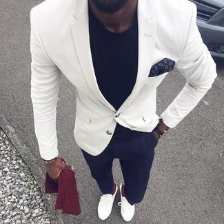 Wie kombinieren: weißes Sakko, schwarzes T-Shirt mit einem Rundhalsausschnitt, dunkelblaue Anzughose, weiße Leder Slipper