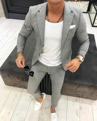 Wie kombinieren: graues vertikal gestreiftes Sakko, weißes T-Shirt mit einem Rundhalsausschnitt, graue vertikal gestreifte Anzughose, weiße Leder Slipper mit Quasten