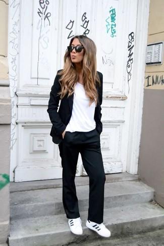 Wie kombinieren: schwarzes Sakko, weißes T-Shirt mit einem Rundhalsausschnitt, schwarze Anzughose, weiße Leder niedrige Sneakers
