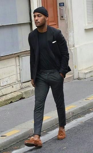 Wie kombinieren: schwarzes Sakko, schwarzes T-Shirt mit einem Rundhalsausschnitt, dunkelgraue Wollanzughose, rotbraune Wildleder Slipper mit Quasten