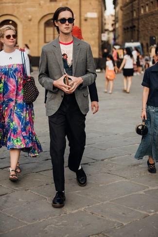 Graues Wollsakko kombinieren: trends 2020: Entscheiden Sie sich für ein graues Wollsakko und eine schwarze Wollanzughose für einen stilvollen, eleganten Look. Ergänzen Sie Ihr Look mit schwarzen Leder Derby Schuhen.