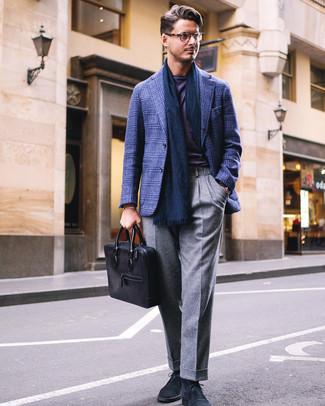 Wie kombinieren: dunkelblaues Sakko mit Schottenmuster, violettes T-Shirt mit einem Rundhalsausschnitt, graue Wollanzughose, dunkelblaue Chukka-Stiefel aus Wildleder