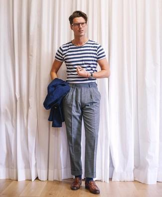 Wie kombinieren: dunkelblaues Sakko, weißes und dunkelblaues horizontal gestreiftes T-Shirt mit einem Rundhalsausschnitt, blaue Wollanzughose, braune Leder Slipper