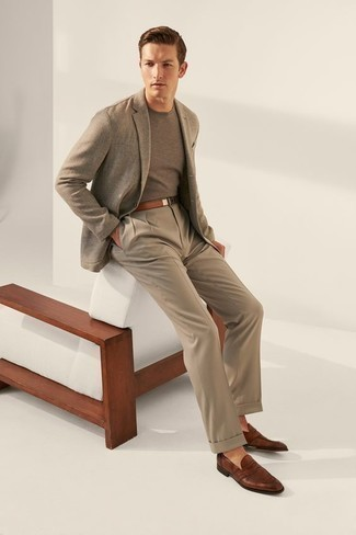 Beige Anzughose kombinieren: trends 2020: Kombinieren Sie ein graues Sakko mit einer beige Anzughose für eine klassischen und verfeinerte Silhouette. Braune Leder Slipper sind eine großartige Wahl, um dieses Outfit zu vervollständigen.