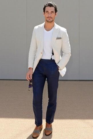 Violette Sonnenbrille kombinieren: trends 2020: Ein weißes Sakko und eine violette Sonnenbrille sind eine kluge Outfit-Formel für Ihre Sammlung. Setzen Sie bei den Schuhen auf die klassische Variante mit rotbraunen Leder Oxford Schuhen.
