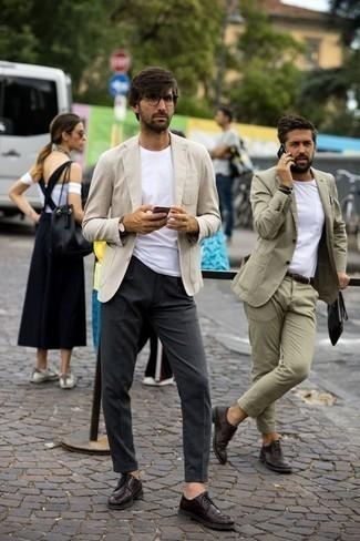 Dunkelrote Leder Derby Schuhe kombinieren: trends 2020: Vereinigen Sie ein hellbeige Sakko mit einer dunkelgrauen Anzughose für einen stilvollen, eleganten Look. Dunkelrote Leder Derby Schuhe sind eine kluge Wahl, um dieses Outfit zu vervollständigen.