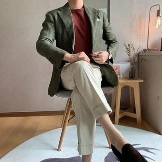 Dunkelrotes T-Shirt mit einem Rundhalsausschnitt kombinieren – 135 Herren Outfits: Tragen Sie ein dunkelrotes T-Shirt mit einem Rundhalsausschnitt und eine hellbeige Anzughose, wenn Sie einen gepflegten und stylischen Look wollen. Fühlen Sie sich ideenreich? Vervollständigen Sie Ihr Outfit mit dunkelbraunen Wildleder Slippern.