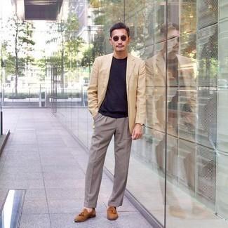 Braune Lederuhr kombinieren – 1200+ Herren Outfits: Für ein bequemes Couch-Outfit, kombinieren Sie ein hellbeige Sakko mit einer braunen Lederuhr. Rotbraune Wildleder Slipper mit Quasten bringen Eleganz zu einem ansonsten schlichten Look.