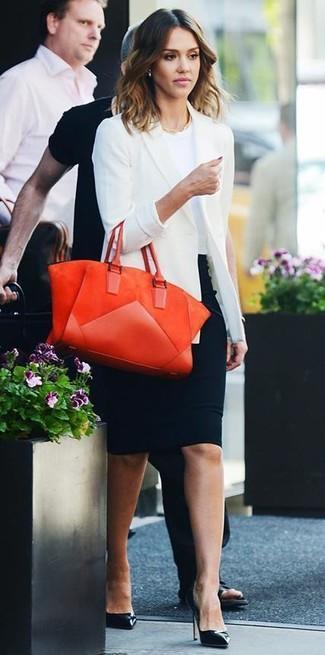 Jessica Alba trägt weißes Sakko, weißes T-Shirt mit einem Rundhalsausschnitt, schwarzer Bleistiftrock, schwarze Leder Pumps