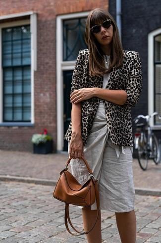 Wie kombinieren: hellbeige Sakko mit Leopardenmuster, graues T-Shirt mit einem Rundhalsausschnitt, grauer Bleistiftrock, rotbraune Leder Umhängetasche