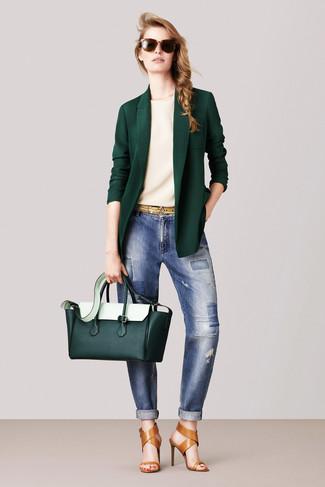 Wie kombinieren: dunkelgrünes Sakko, hellbeige T-Shirt mit einem Rundhalsausschnitt, blaue Boyfriend Jeans mit Flicken, beige Leder Sandaletten
