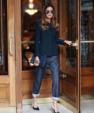 Wie kombinieren: schwarzes Sakko, schwarzes T-Shirt mit einem Rundhalsausschnitt, dunkelblaue Boyfriend Jeans, schwarze und weiße Leder Pumps