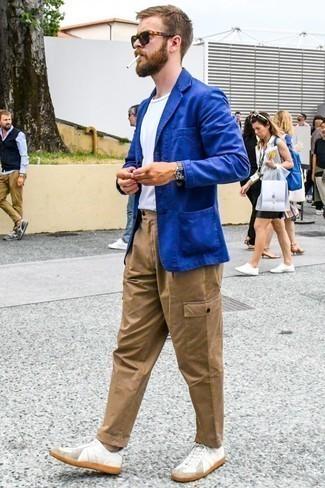 Weiße Leder niedrige Sneakers kombinieren: trends 2020: Kombinieren Sie ein blaues Sakko mit einer beige Cargohose für ein sonntägliches Mittagessen mit Freunden. Wenn Sie nicht durch und durch formal auftreten möchten, vervollständigen Sie Ihr Outfit mit weißen Leder niedrigen Sneakers.