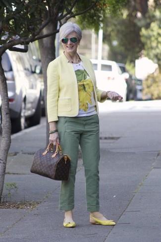 Wie kombinieren: gelbes Sakko, weißes und gelbes bedrucktes T-Shirt mit einem Rundhalsausschnitt, grüne Chinohose, gelbe Leder Ballerinas