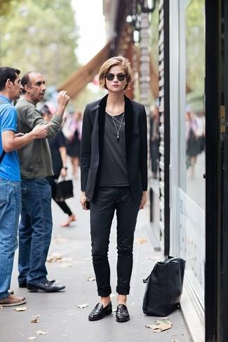 Wie kombinieren: schwarzes Sakko, dunkelgraues T-Shirt mit einem Rundhalsausschnitt, schwarze Chinohose, dunkelrote Leder Slipper
