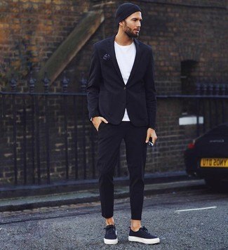 Wie kombinieren: schwarzes Sakko, weißes T-Shirt mit einem Rundhalsausschnitt, schwarze Chinohose, schwarze Segeltuch niedrige Sneakers