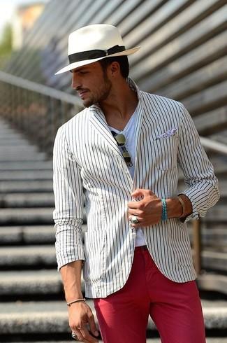 Wie kombinieren: weißes vertikal gestreiftes Sakko, weißes T-Shirt mit einem Rundhalsausschnitt, rote Chinohose, weißer Hut