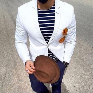 Wie kombinieren: weißes Sakko, dunkelblaues und weißes horizontal gestreiftes T-Shirt mit einem Rundhalsausschnitt, dunkelblaue Chinohose, brauner Wollhut