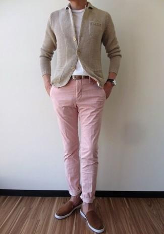 Wie kombinieren: hellbeige Strick Sakko, weißes T-Shirt mit einem Rundhalsausschnitt, rosa Chinohose, braune Slip-On Sneakers aus Wildleder