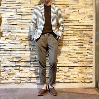 Weißes vertikal gestreiftes Sakko kombinieren: trends 2020: Tragen Sie ein weißes vertikal gestreiftes Sakko und eine braune Chinohose, um einen eleganten, aber nicht zu festlichen Look zu kreieren. Machen Sie diese Aufmachung leger mit braunen Segeltuch Espadrilles.