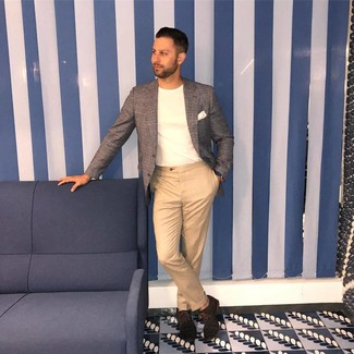 Wie kombinieren: graues Sakko mit Schottenmuster, weißes T-Shirt mit einem Rundhalsausschnitt, beige Chinohose, dunkelbraune Wildleder Oxford Schuhe