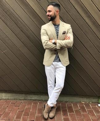 Wie kombinieren: hellbeige Sakko, dunkelblaues und weißes horizontal gestreiftes T-Shirt mit einem Rundhalsausschnitt, weiße Chinohose, braune Doppelmonks aus Wildleder