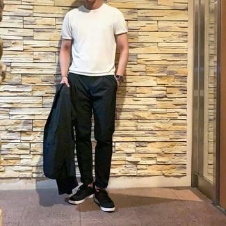 Wie kombinieren: schwarzes Sakko, weißes T-Shirt mit einem Rundhalsausschnitt, schwarze Chinohose, schwarze niedrige Sneakers
