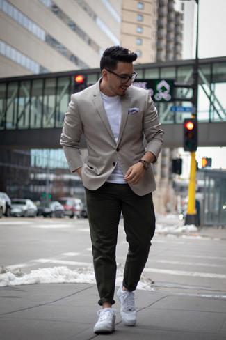 Dunkelgrüne Chinohose kombinieren: trends 2020: Ein graues Sakko und eine dunkelgrüne Chinohose sind eine großartige Outfit-Formel für Ihre Sammlung. Fühlen Sie sich mutig? Wählen Sie weißen Leder niedrige Sneakers.