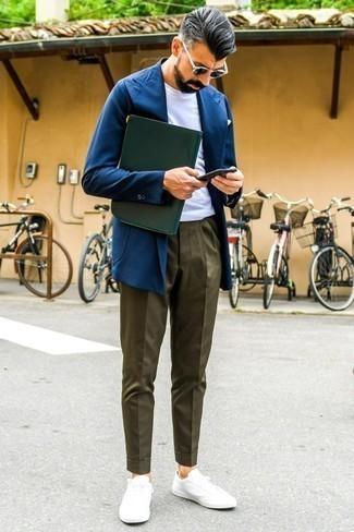 Dunkelblaues Sakko kombinieren: trends 2020: Kombinieren Sie ein dunkelblaues Sakko mit einer olivgrünen Chinohose für einen für die Arbeit geeigneten Look. Suchen Sie nach leichtem Schuhwerk? Vervollständigen Sie Ihr Outfit mit weißen niedrigen Sneakers für den Tag.
